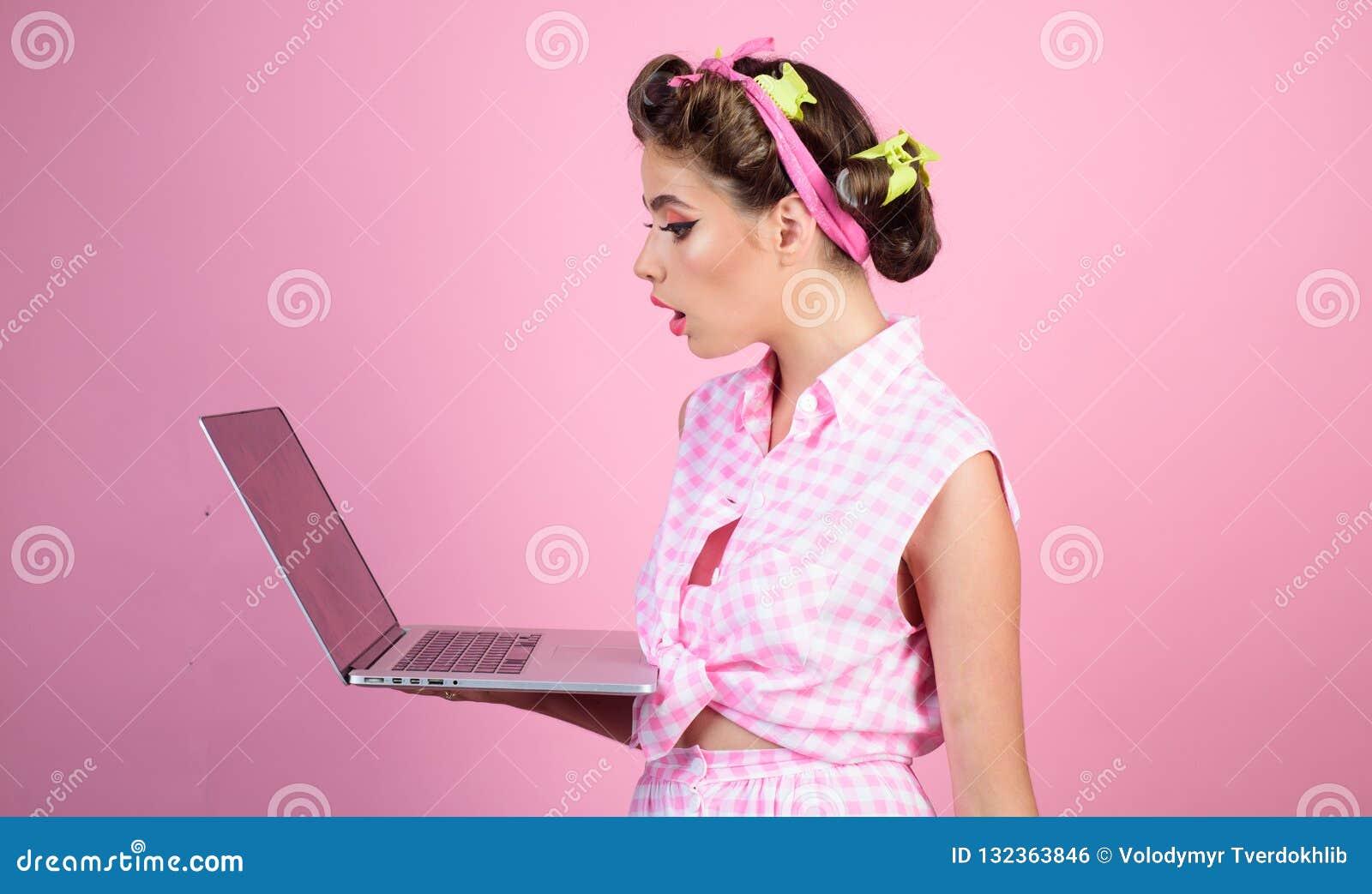 Mulher retro com moneybox Menina bonita no estilo do vintage Dona de casa pino acima da mulher com composição na moda menina do p