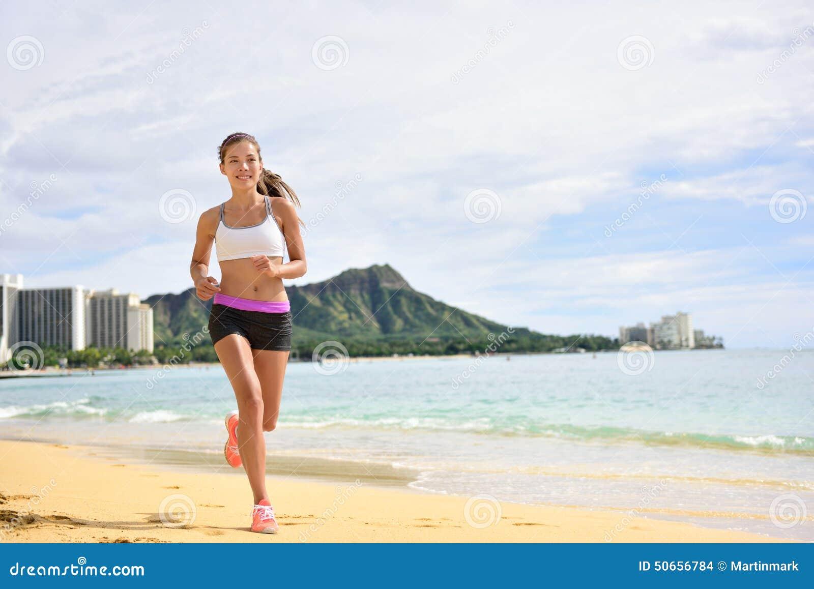 Mulher running da aptidão do esporte que movimenta-se na corrida da praia