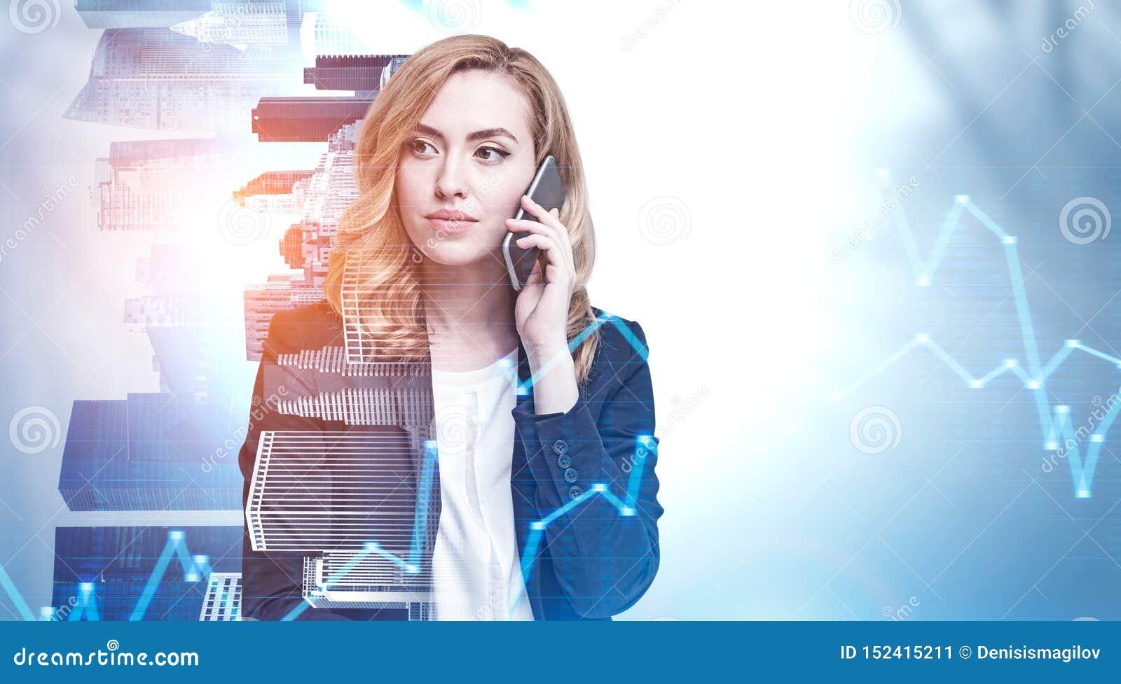 A mulher séria do gengibre no telefone na cidade, representa graficamente