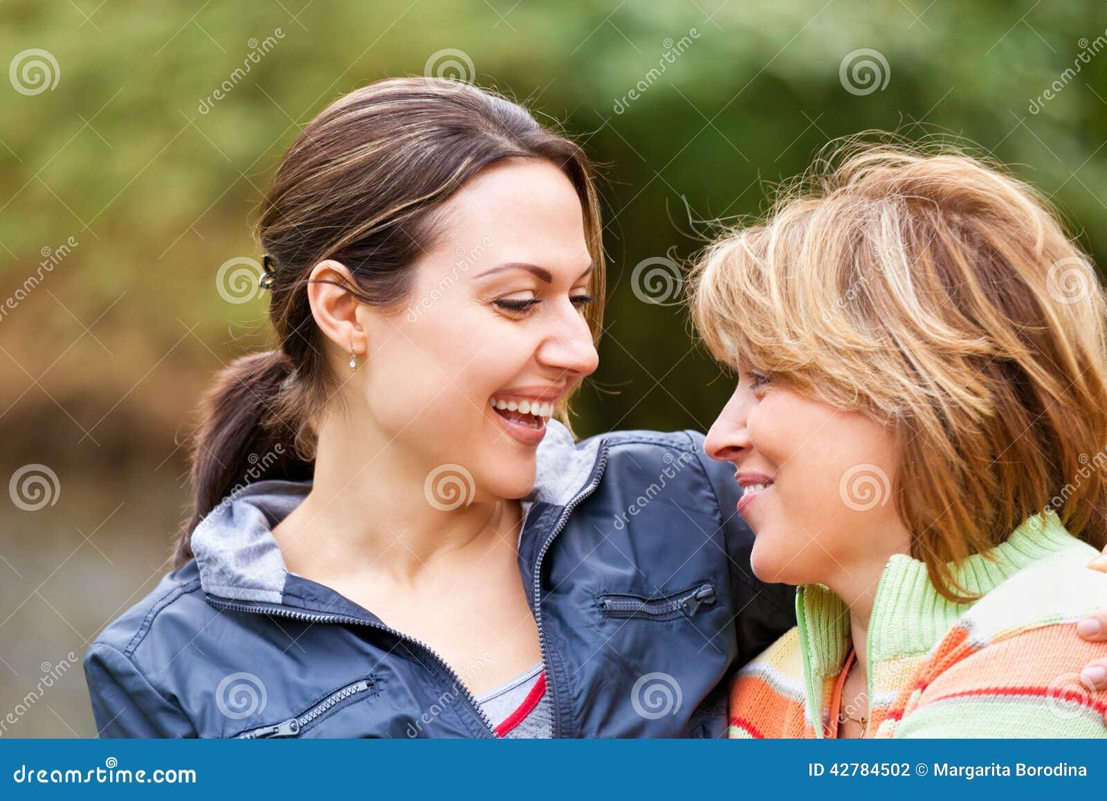 Mulher sênior com filha adulta