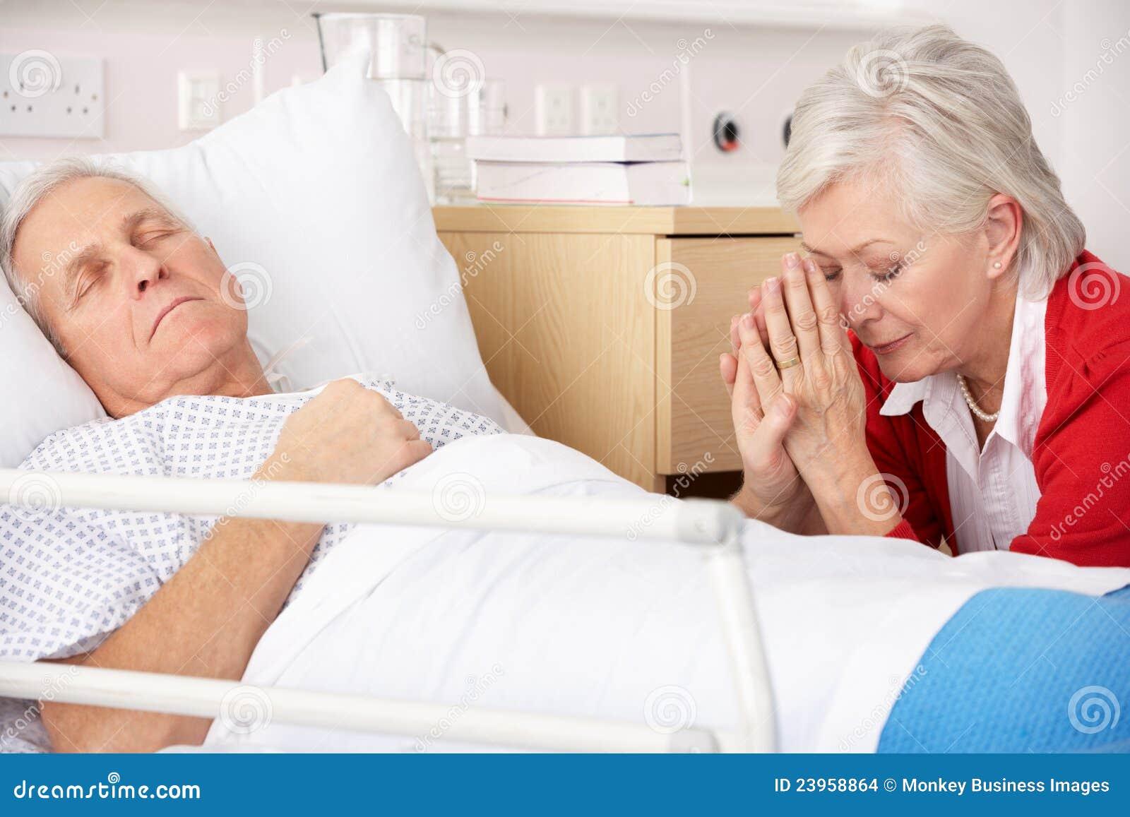 Mulher sênior com o marido seriamente doente