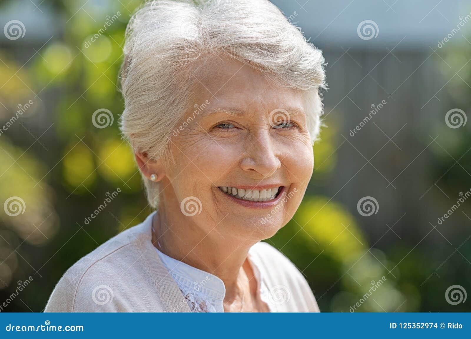 Mulher sênior de sorriso
