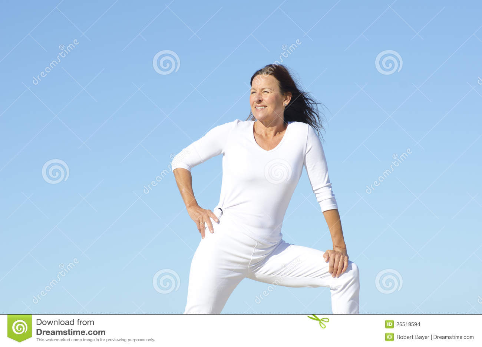 Mulher sênior desportiva confiável ao ar livre
