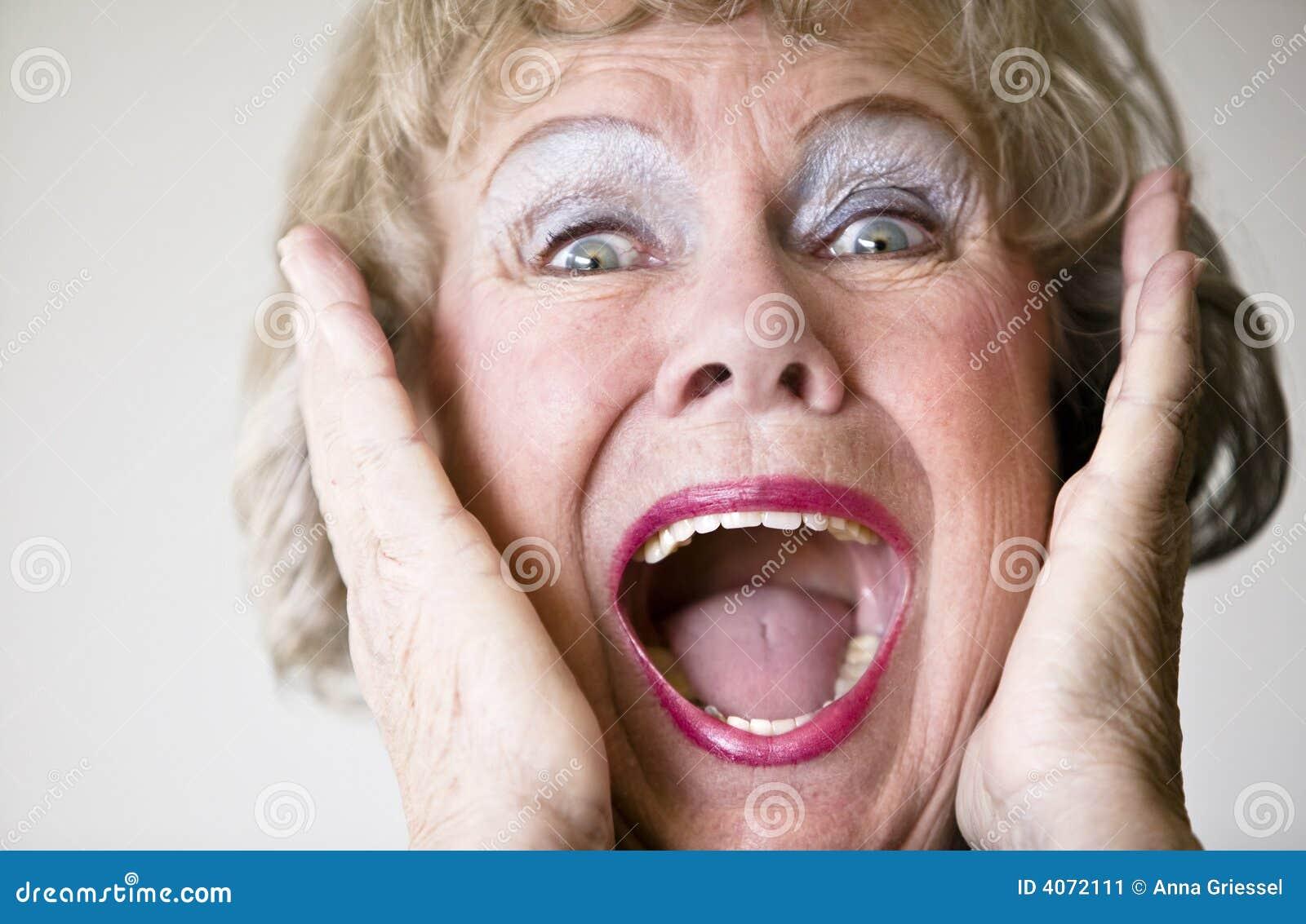 Mulher sênior gritando