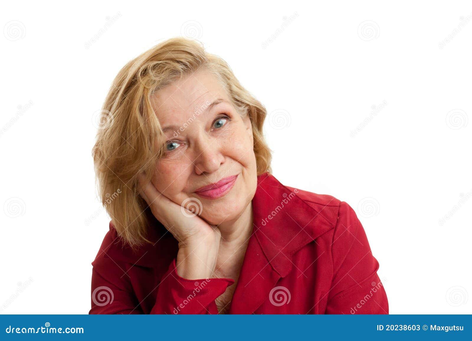 Mulher sênior no sorriso vermelho no fundo branco