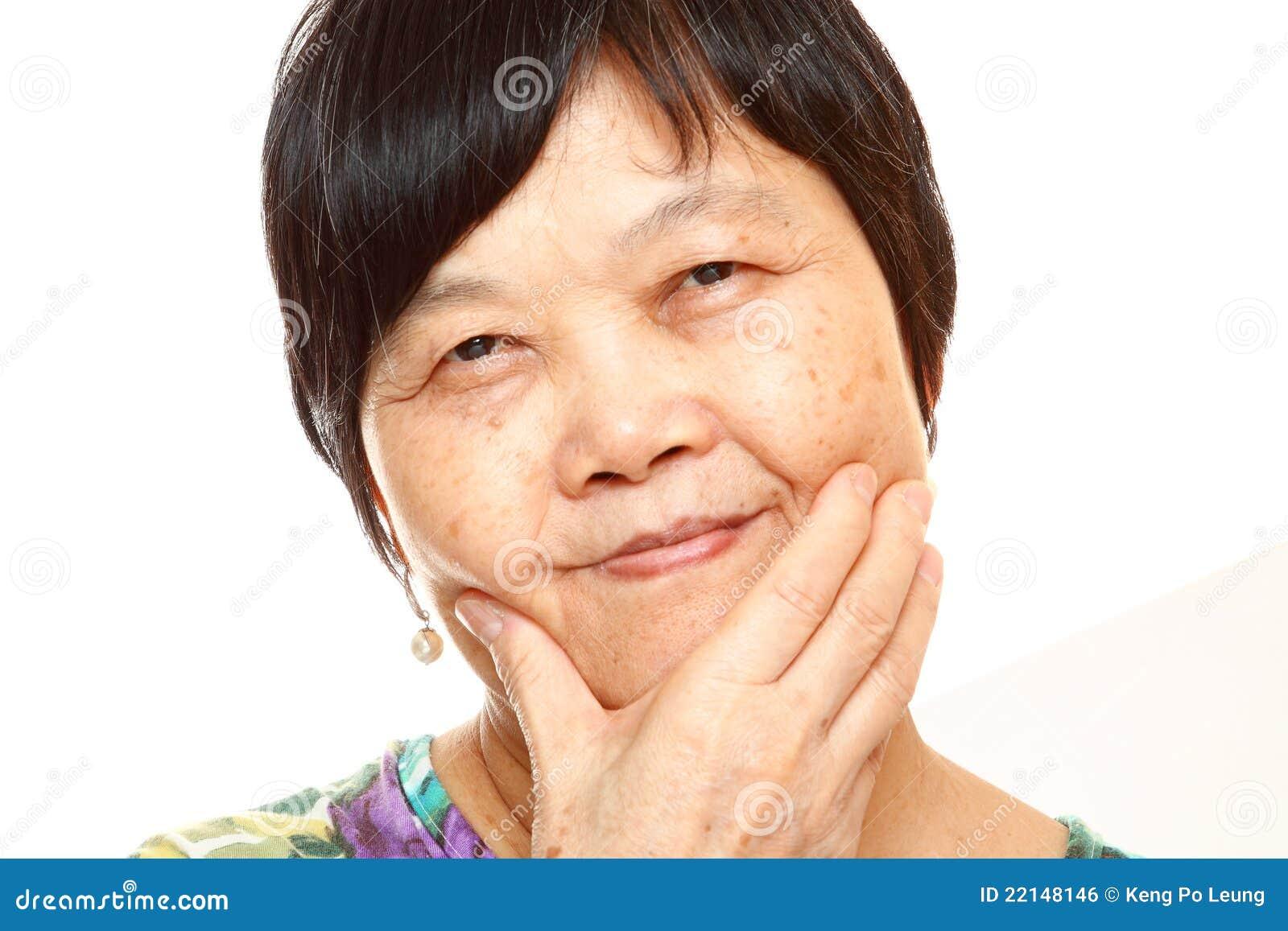 Mulher 60s asiática superior feliz