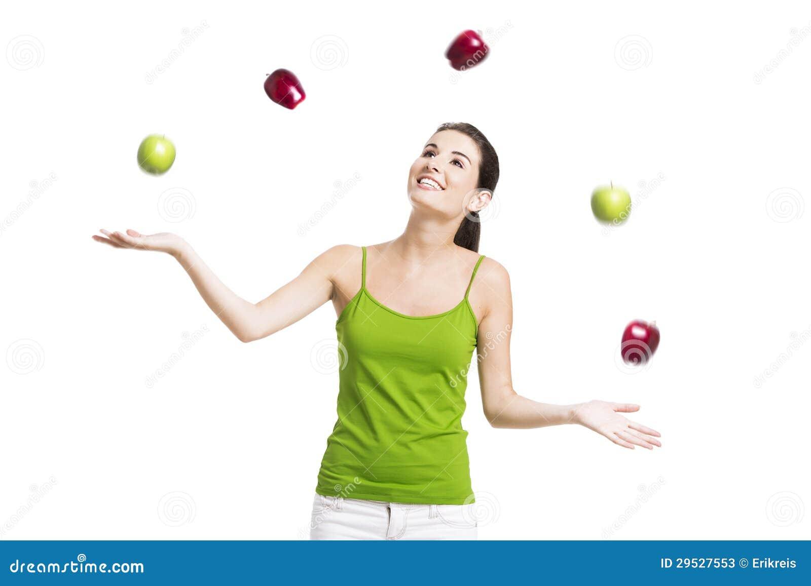 Mulher saudável com maçãs