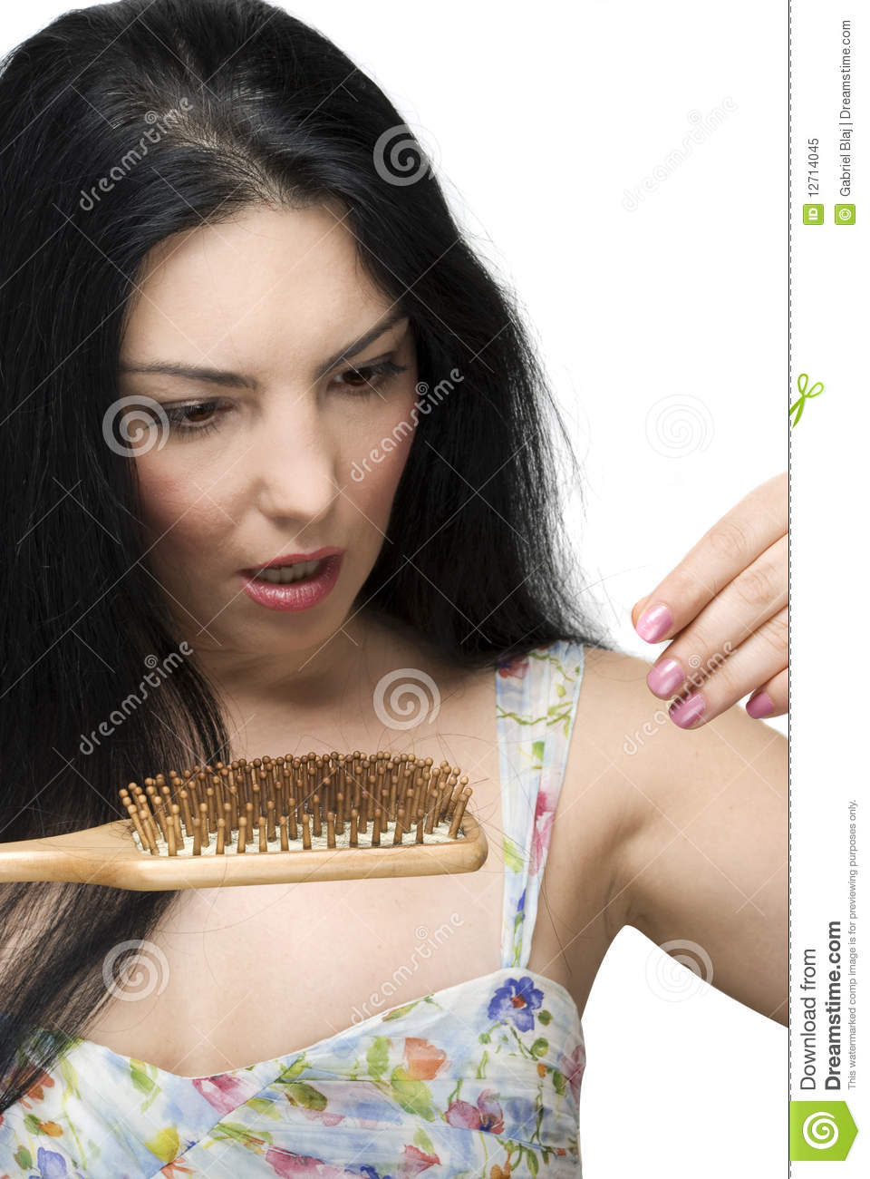 A mulher Scared perde o cabelo no hairbrush