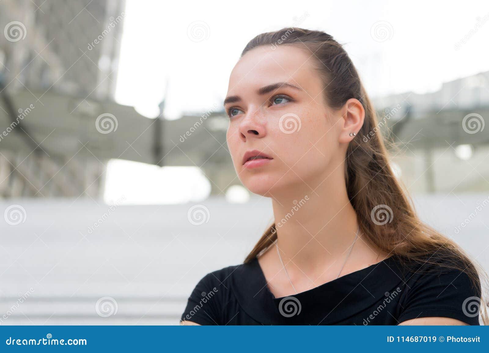 Mulher sem a cara da composição em Paris, france Mulher com cabelo longo na arquitetura da cidade borrada Menina com olhar dos jo