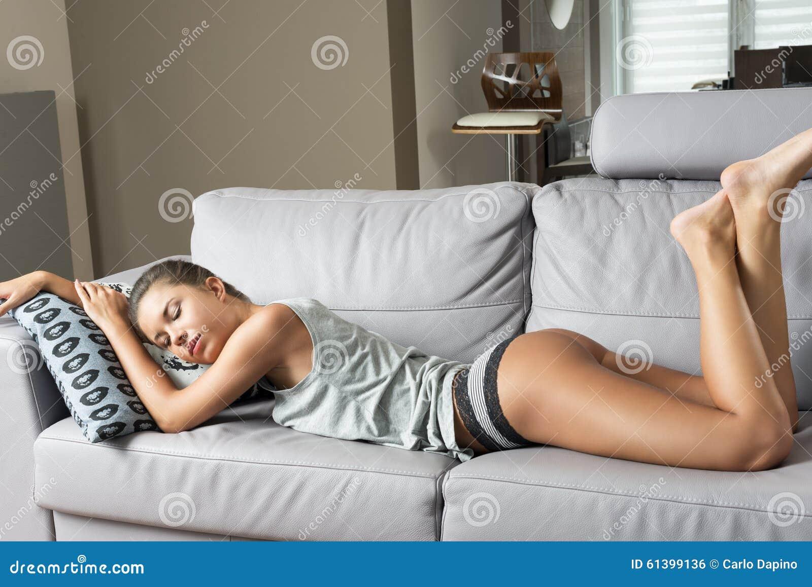 Imagens De Stock Mulher Sensual Que Dorme No Sof 225 Baixe