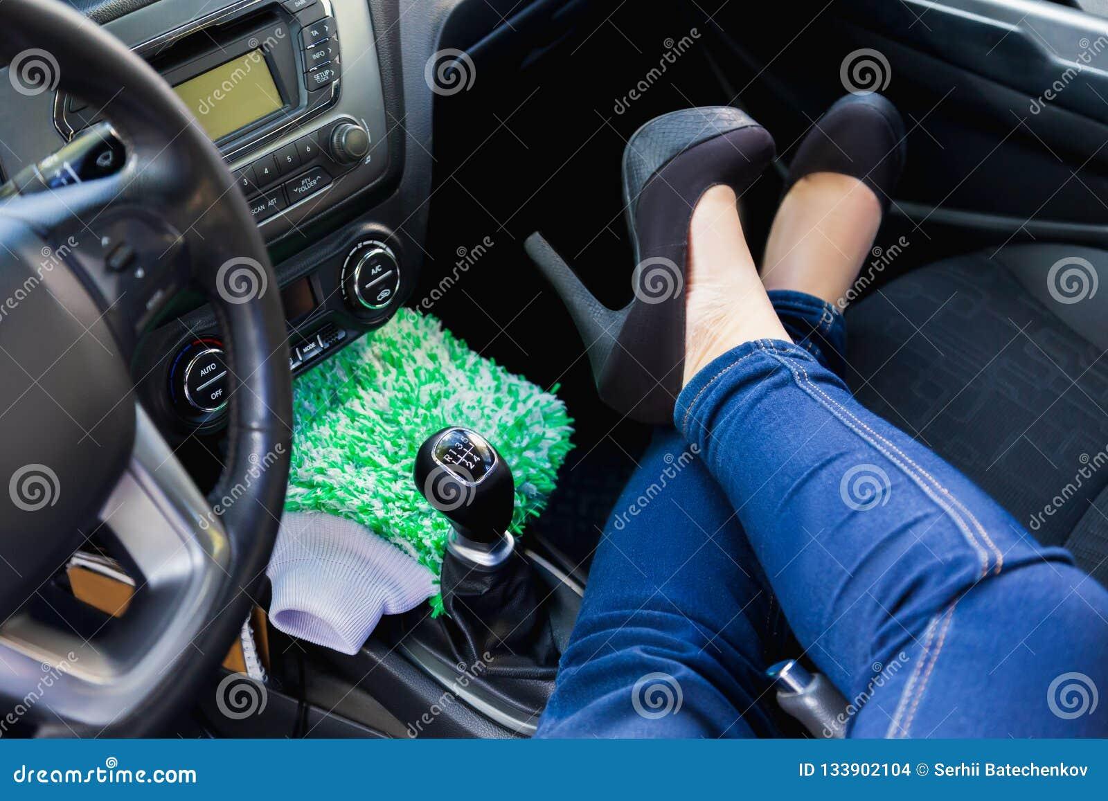 A mulher senta-se dentro do carro