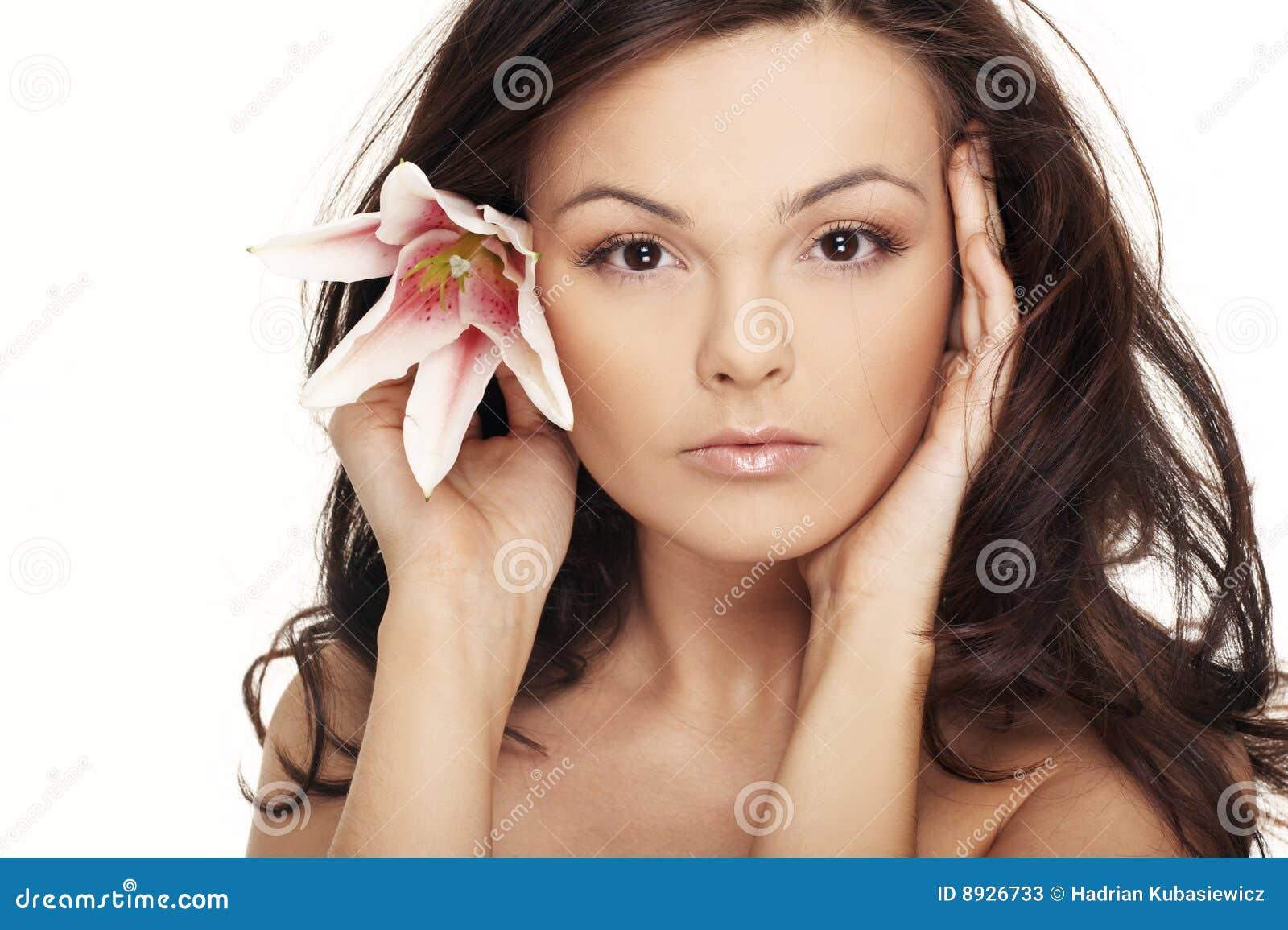 Mulher  sexy  com as flores brancas brilhantes.