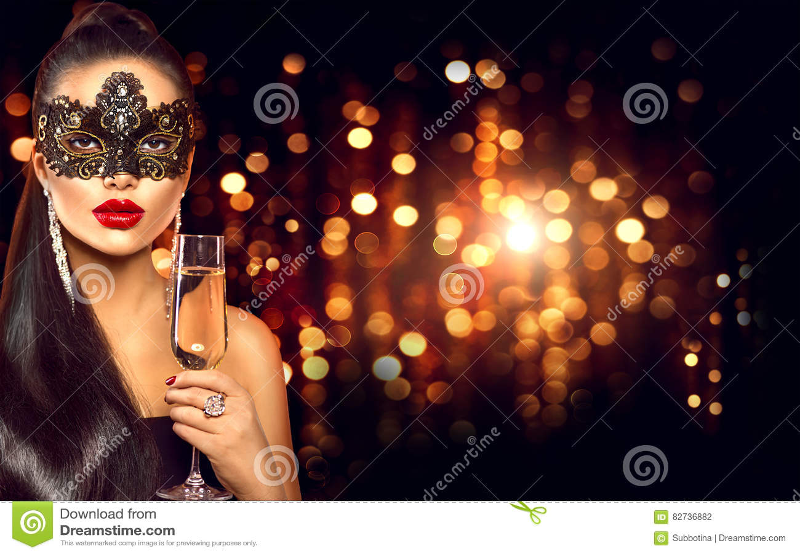 Mulher  sexy  com vidro da máscara venetian vestindo do disfarce do champanhe