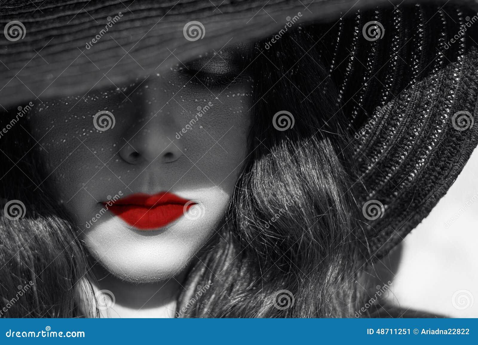Mulher  sexy  misteriosa no chapéu negro Bordos vermelhos