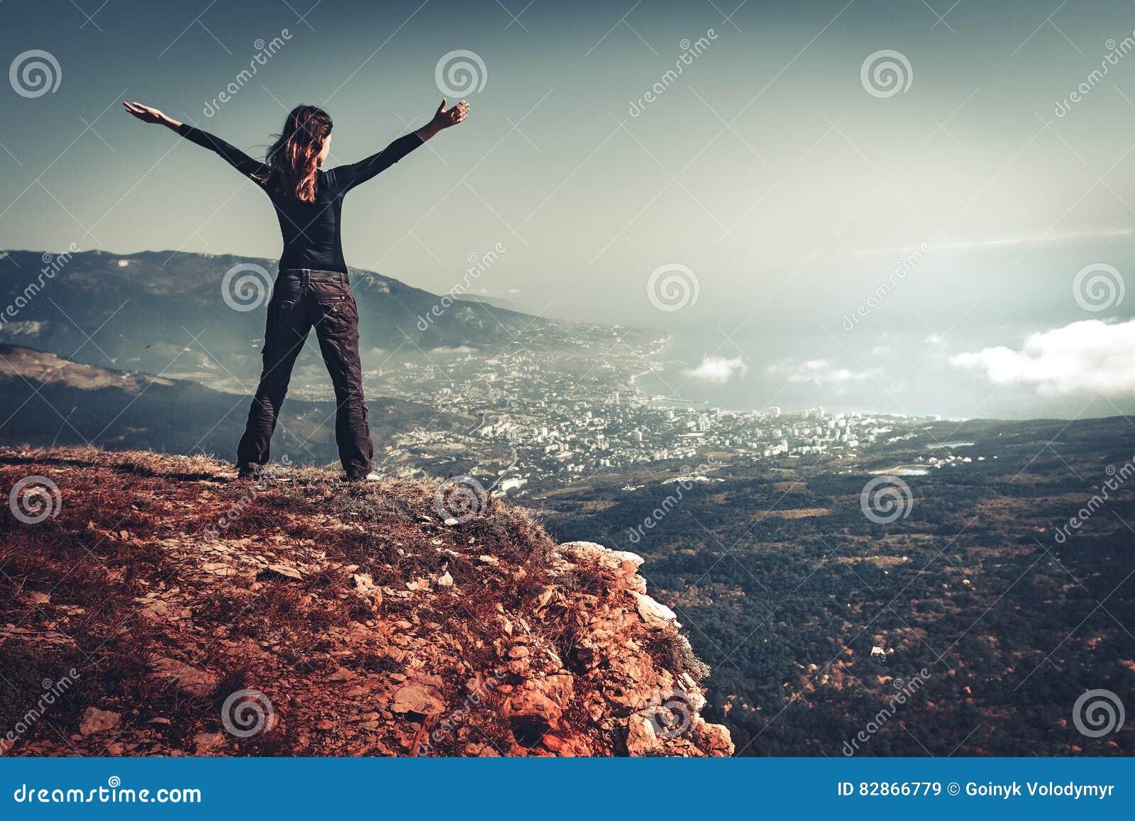 Mulher sobre uma montanha