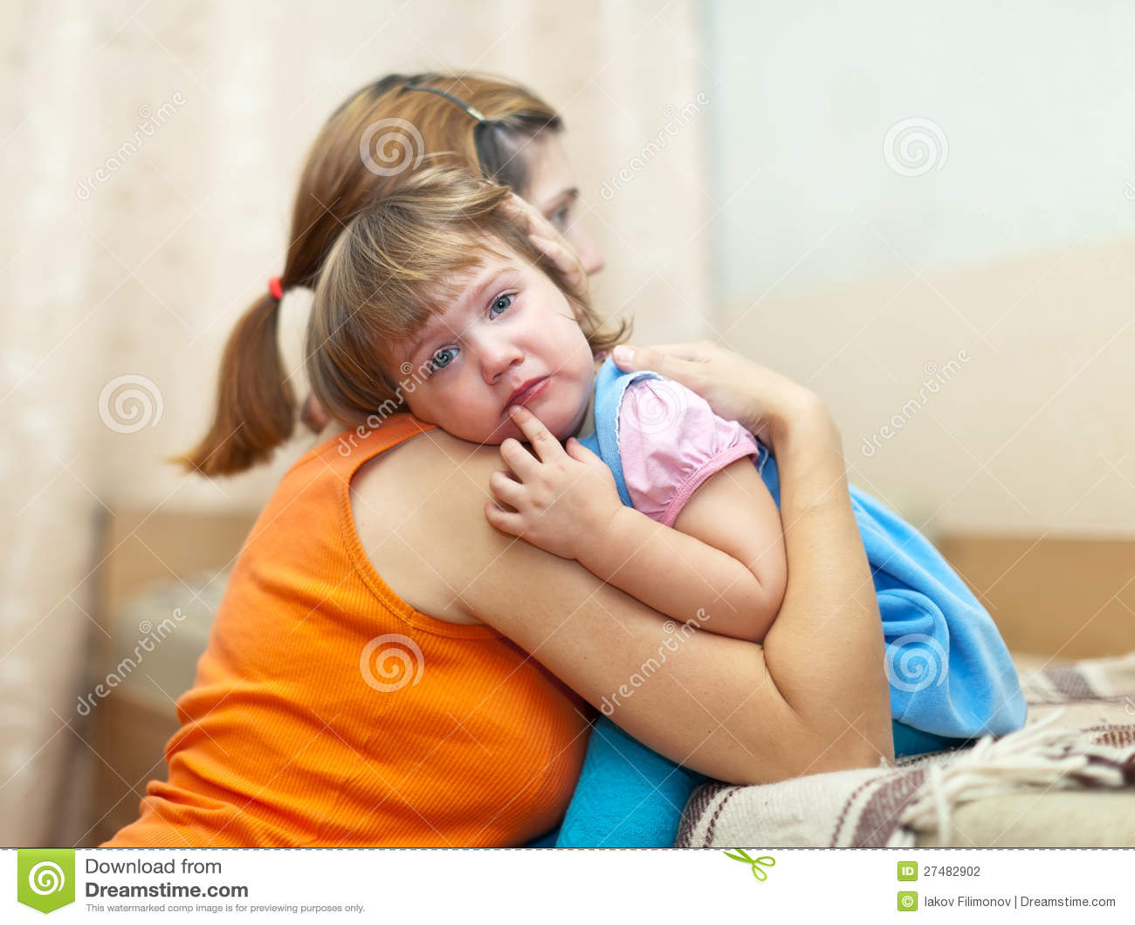 A mulher soothes a filha de grito