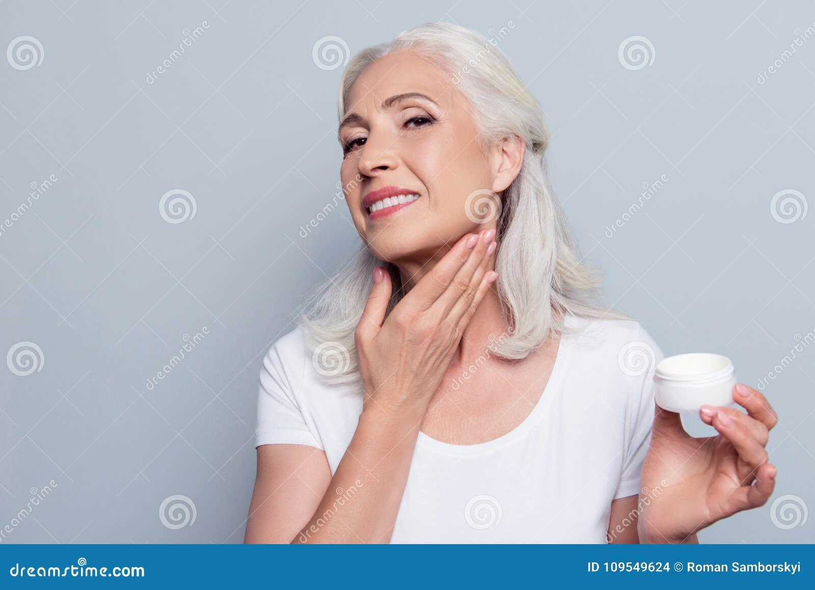 A mulher superior adulta madura com cabelo cinzento ciao aproximadamente o