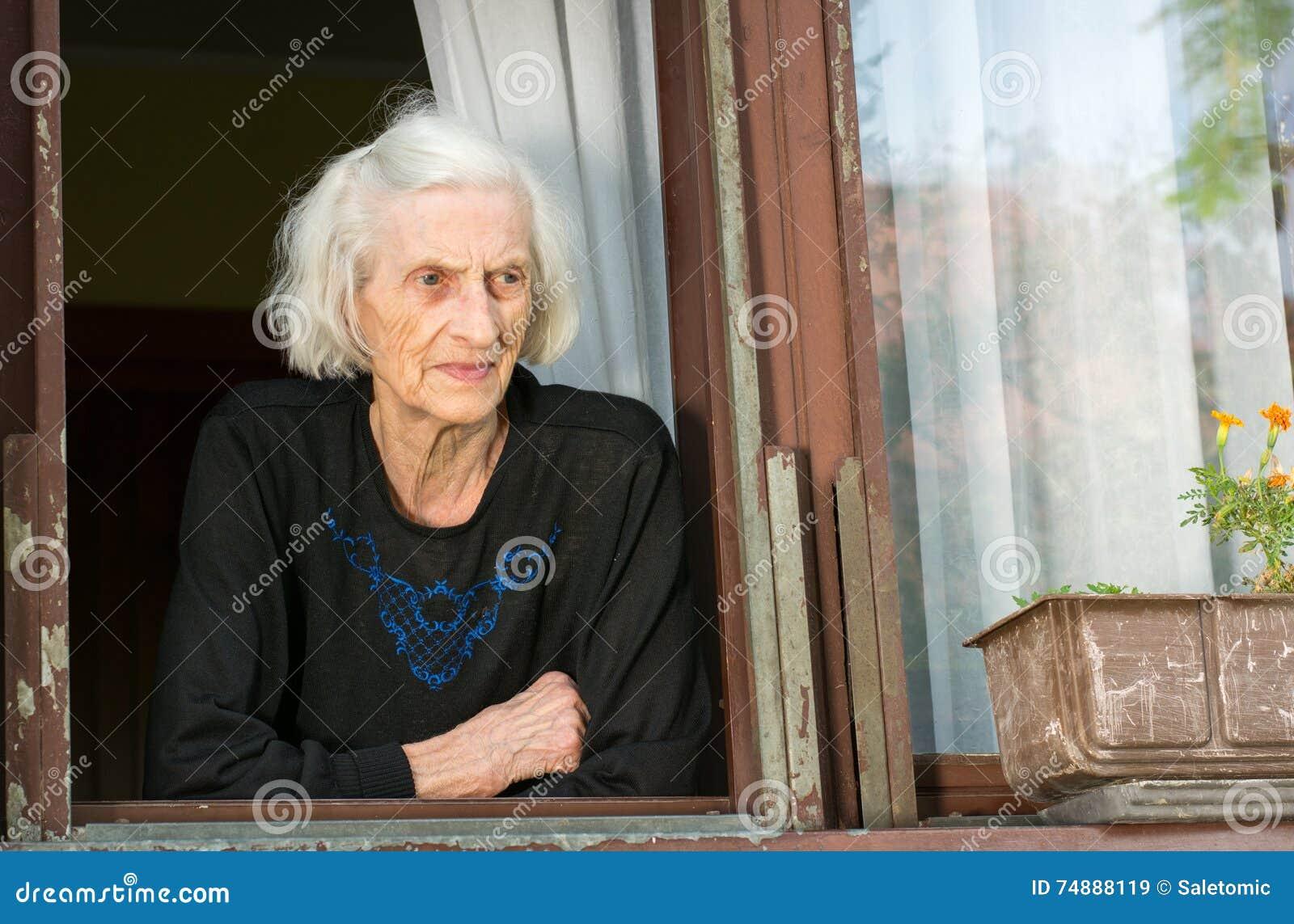 Mulher superior apenas na janela da casa