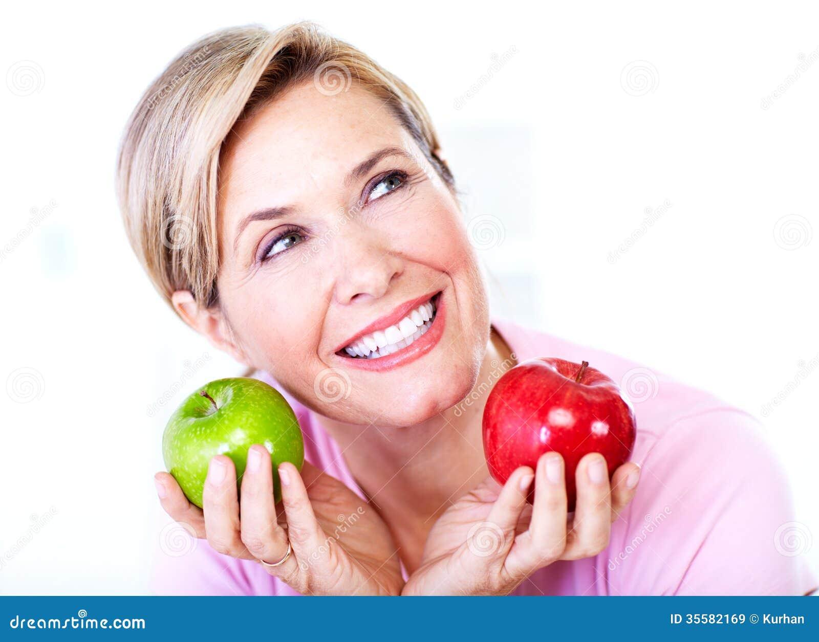 Mulher superior com maçã. Dieta.
