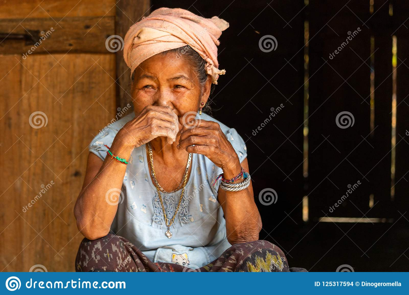 Mulher superior Laos da minoria étnica