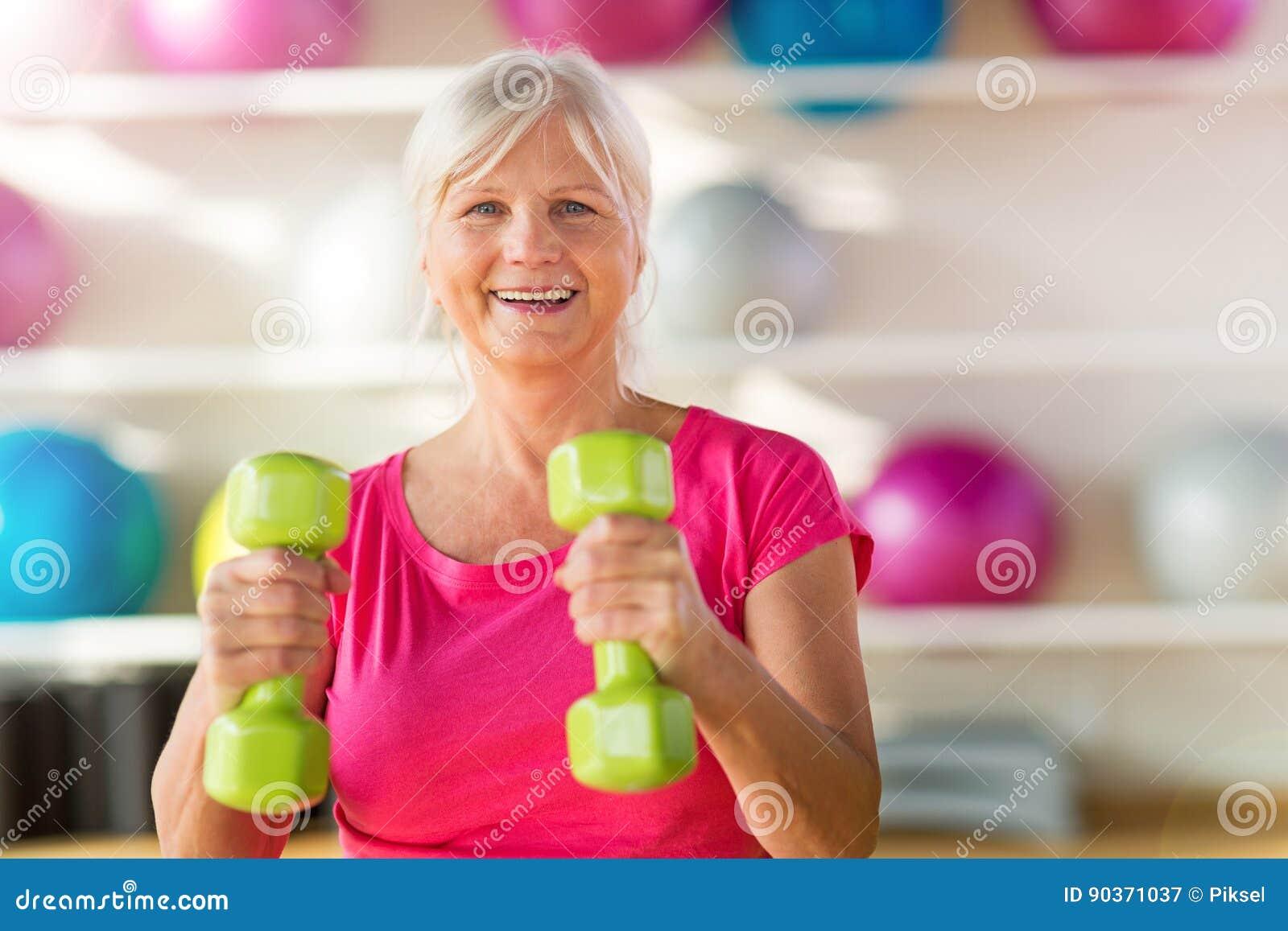 Mulher superior no gym