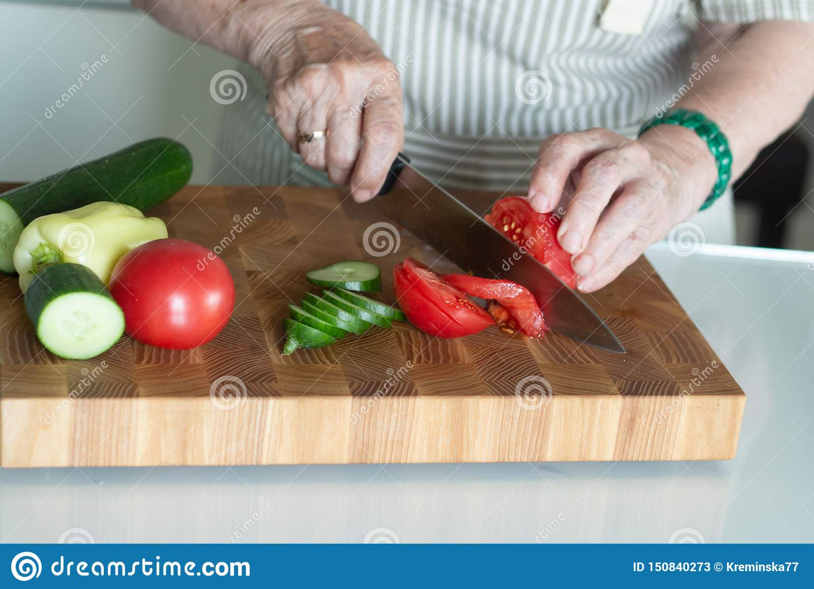 Mulher superior ou mais idosa que cozinha a salada na cozinha Conceito saud?vel do alimento Estilo de vida saud?vel A avó prepara
