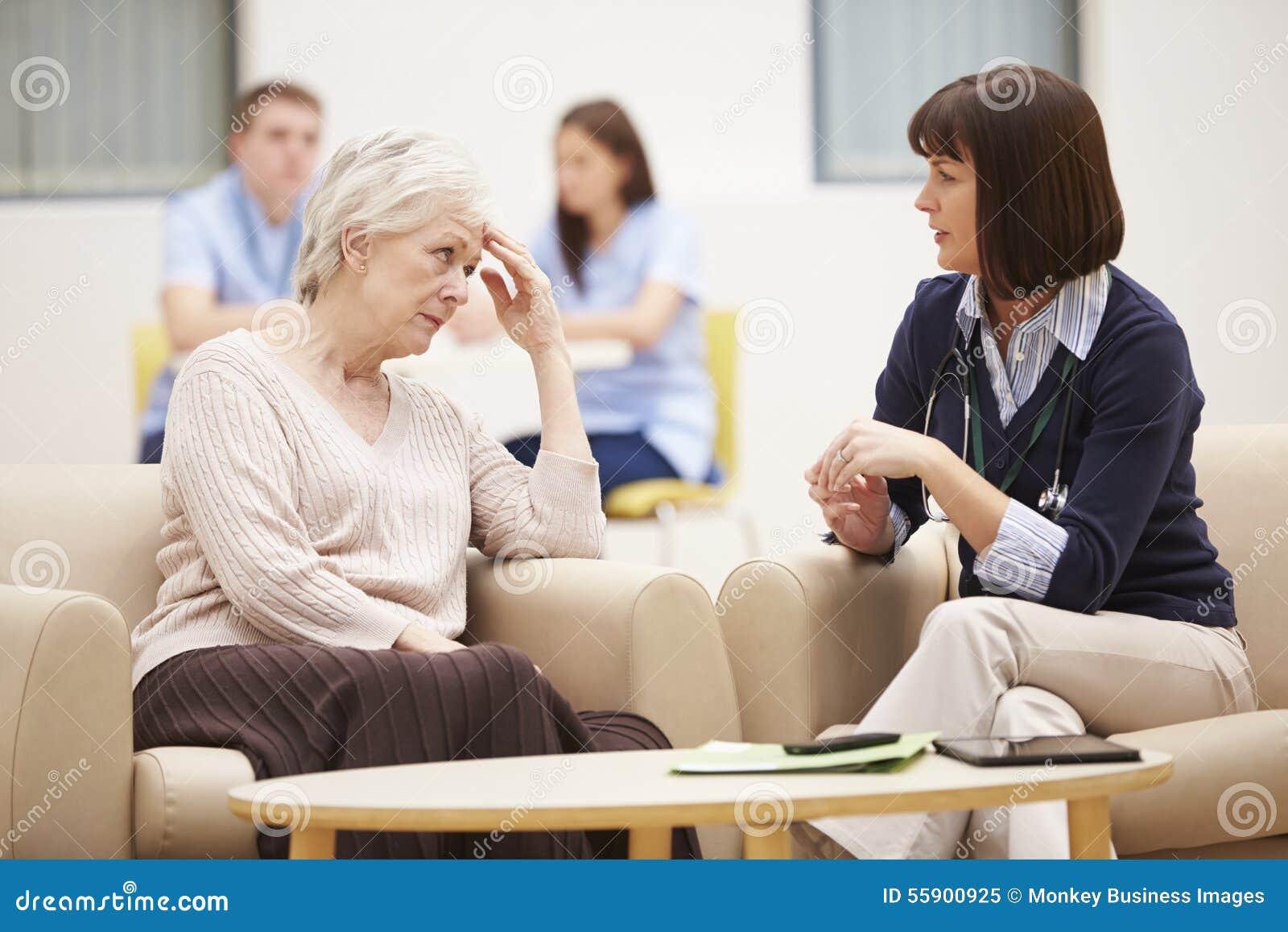 Mulher superior que discute resultados da análise com o doutor