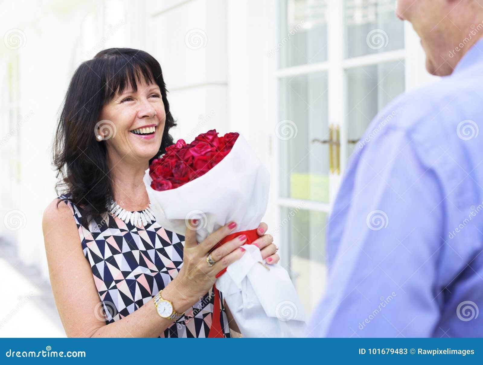 Mulher superior que guarda o ramalhete das rosas