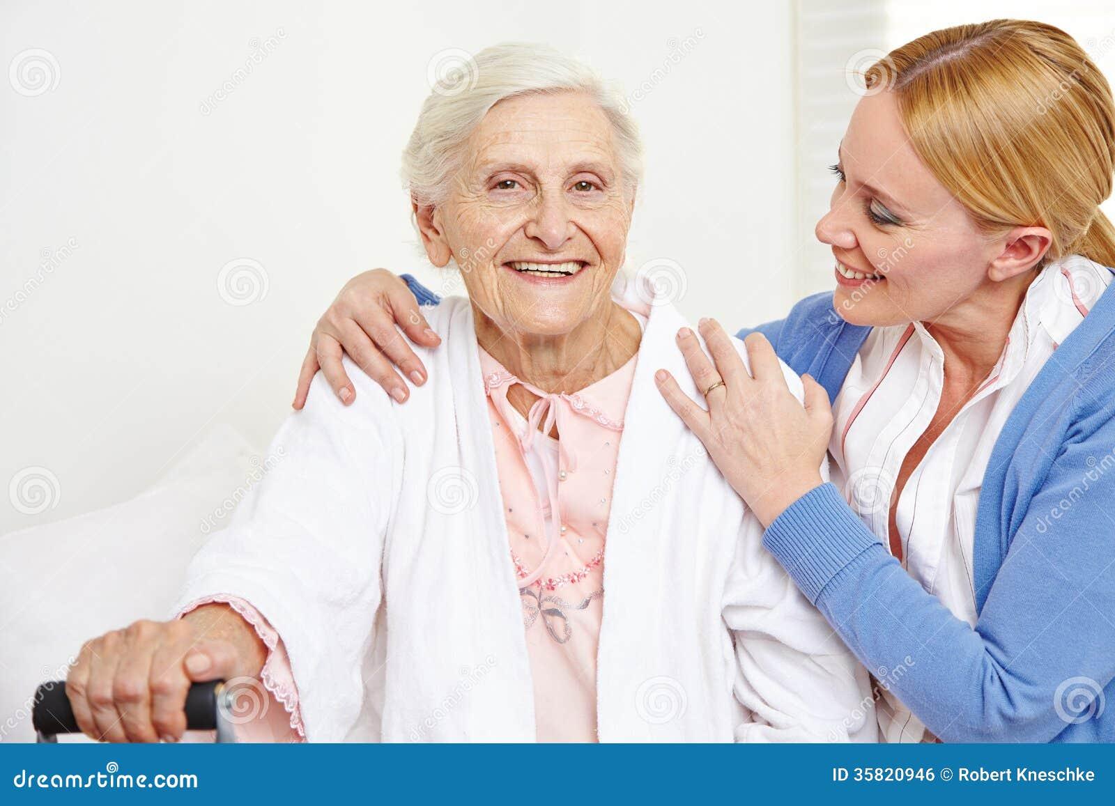Mulher superior que obtém o cuidado geriátrico