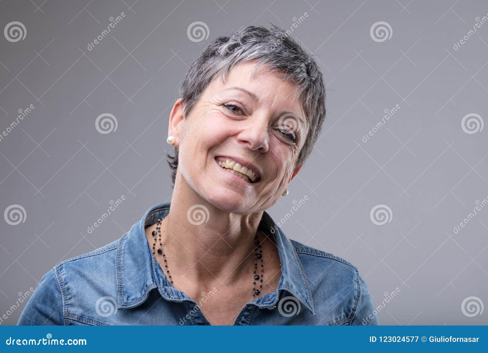 Mulher superior vivo com um sorriso bonito