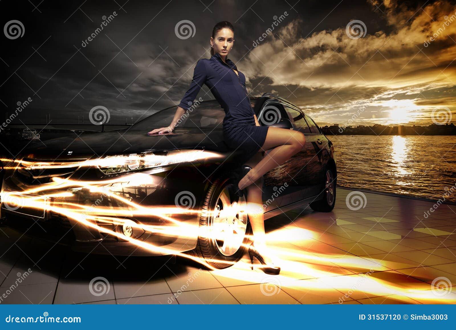 Mulher surpreendente que levanta ao lado de seu carro, fundo fantástico da beleza da paisagem