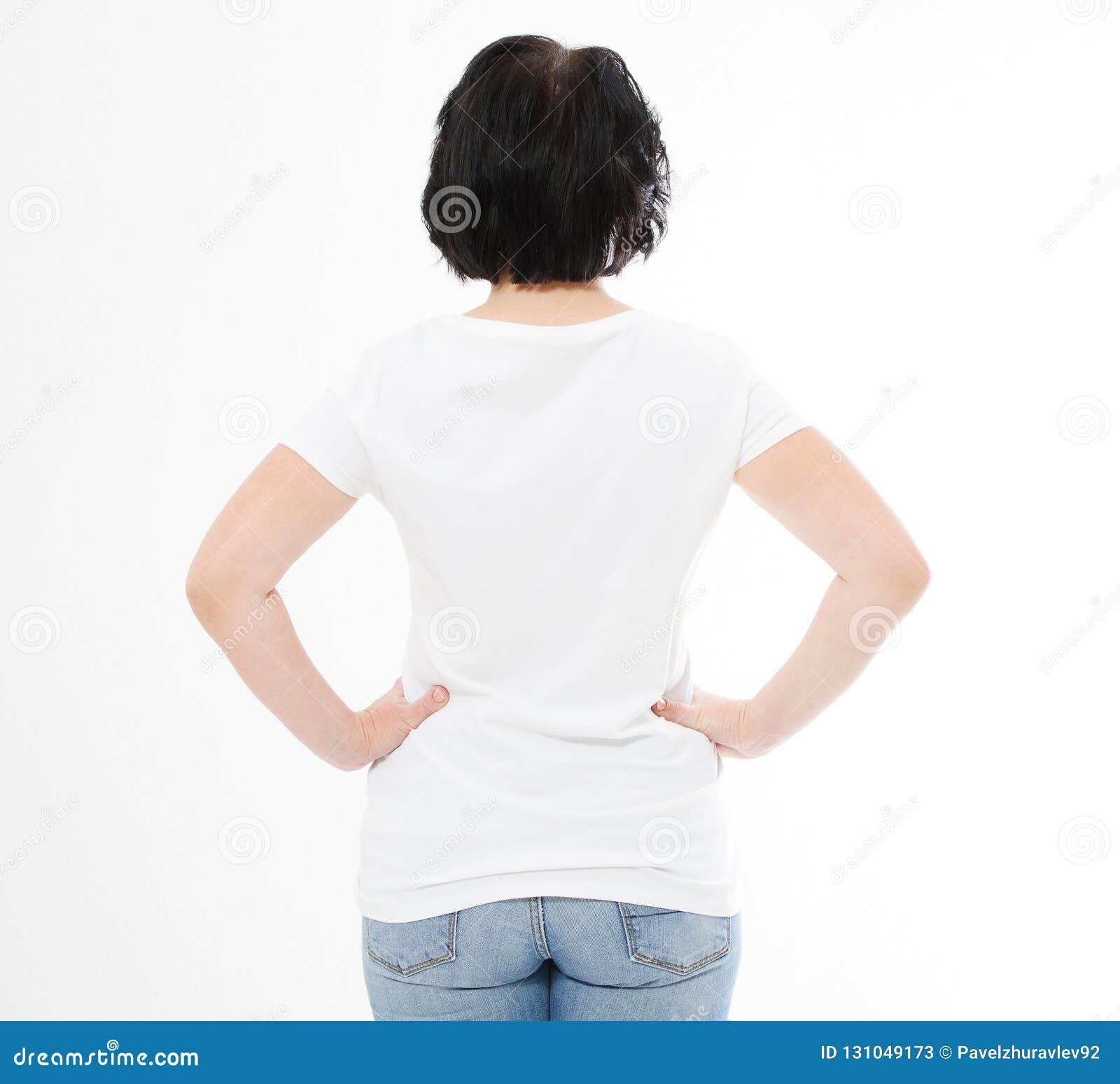 Mulher traseira da Idade Média da vista no tshirt no fundo branco Zombaria acima para o projeto Copie o espaço molde blank