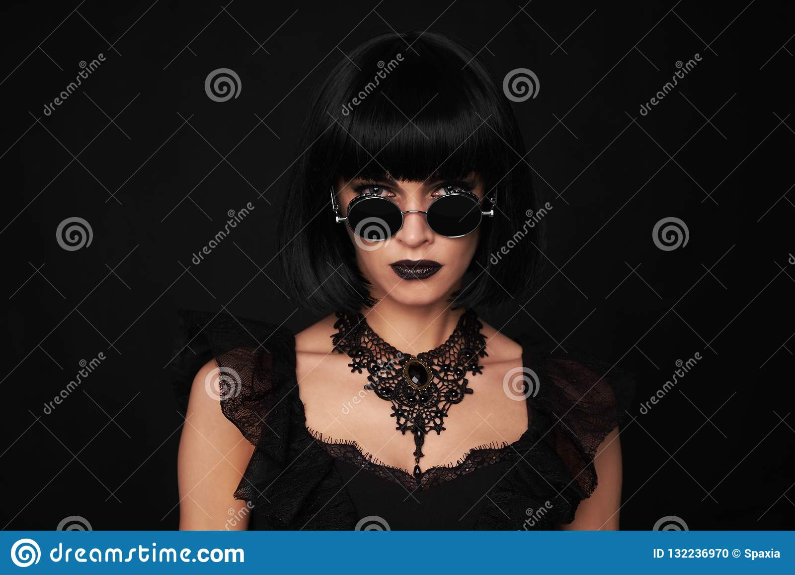 Mulher triguenha bonita Estilo de Gothick