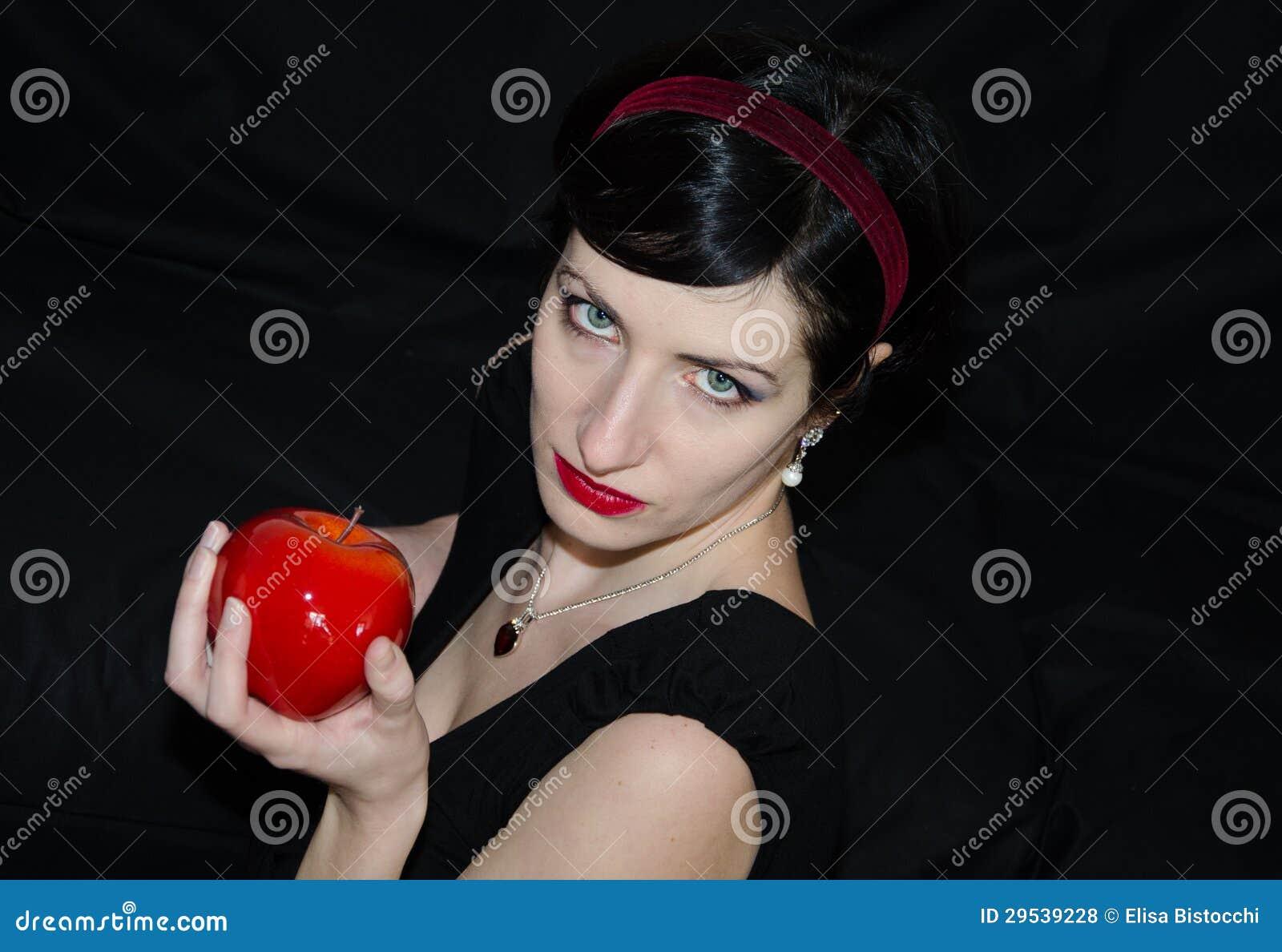 Mulher triguenha com maçã vermelha