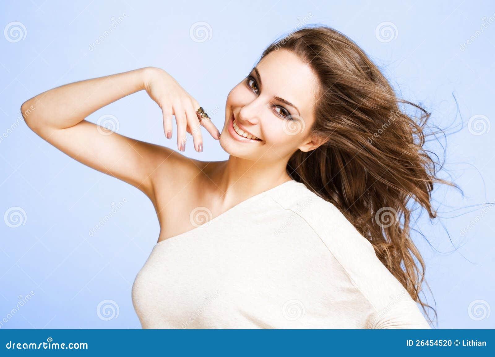 Mulher triguenha nova feliz