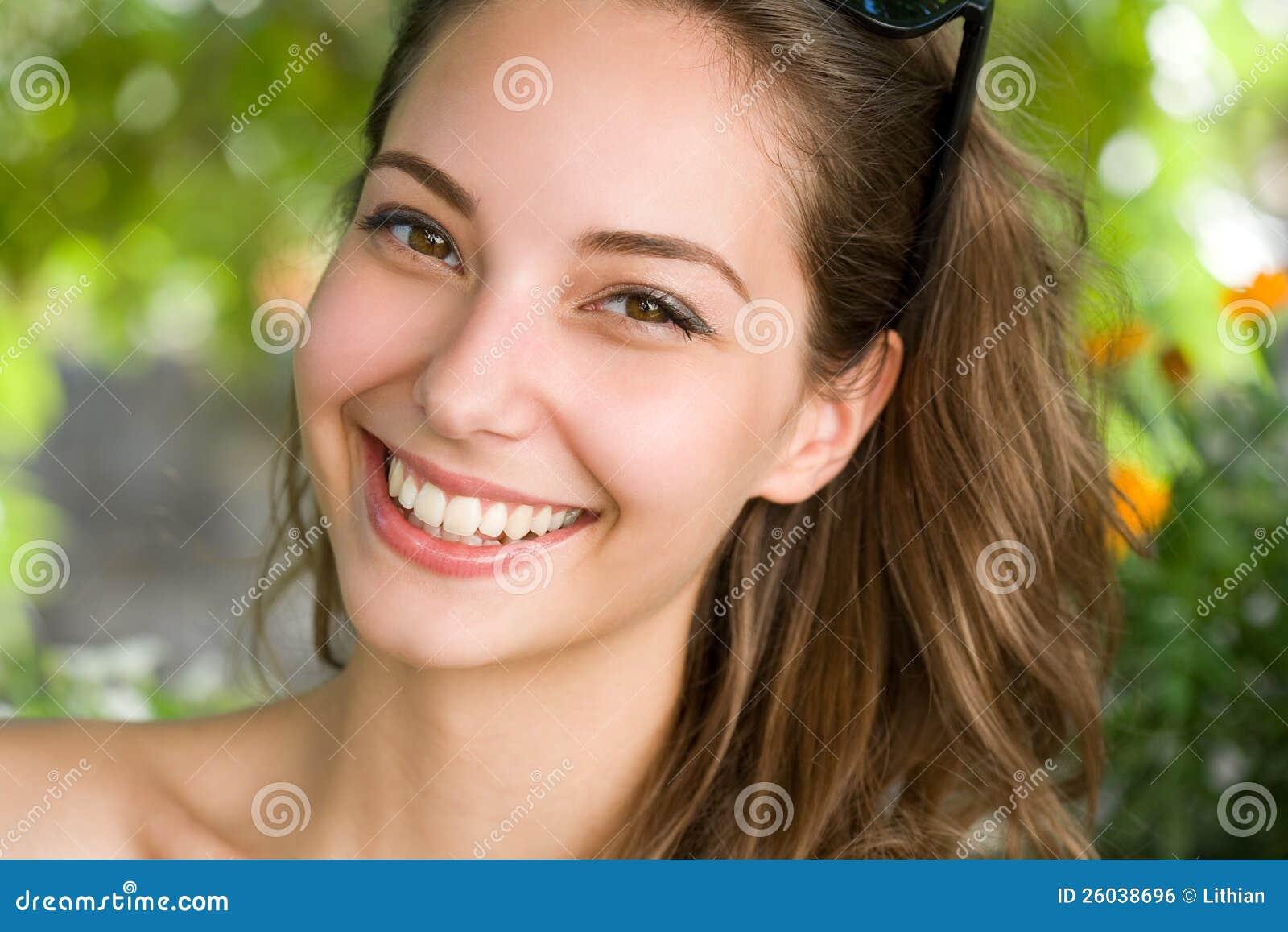 Mulher triguenha nova feliz com sorriso surpreendente.