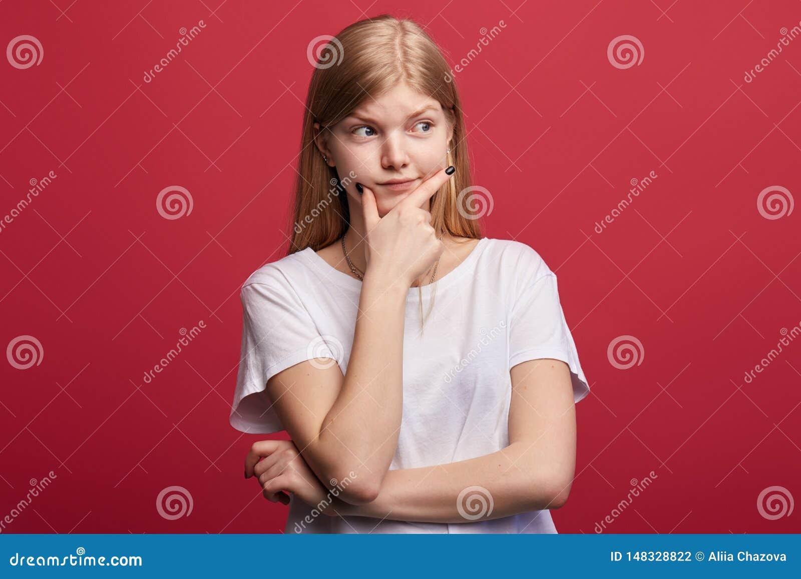 Mulher triste infeliz confundida que resolve seus problemas