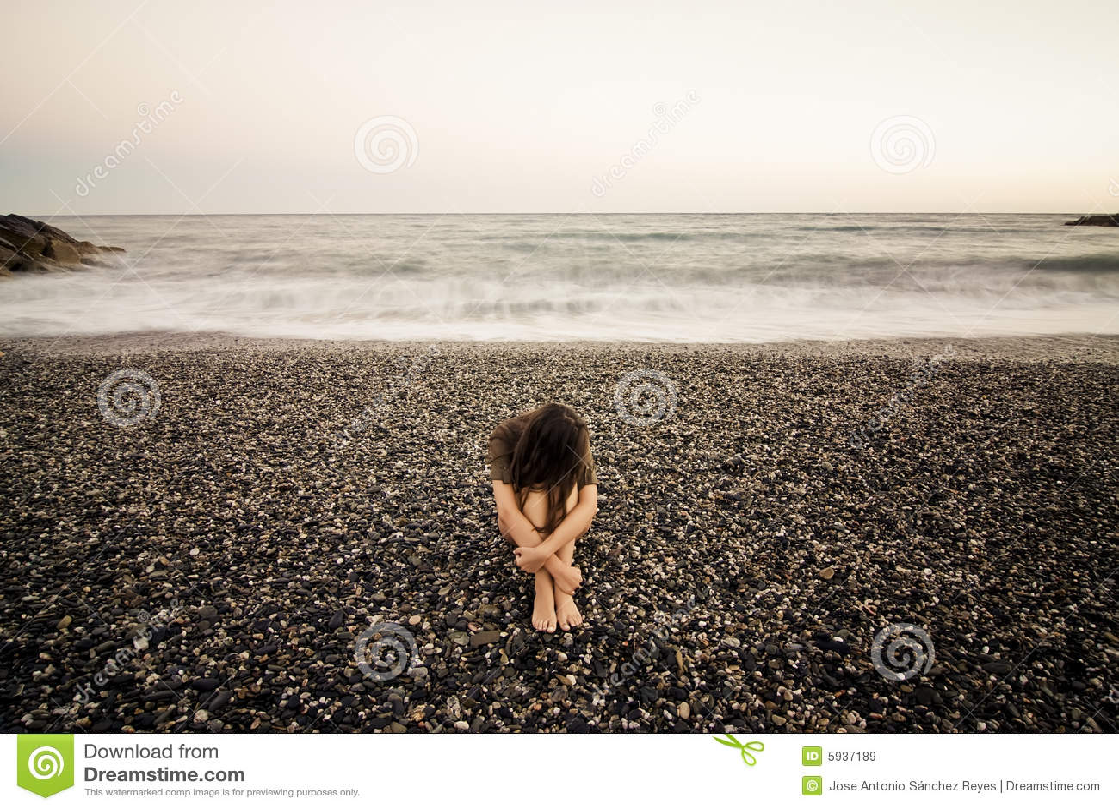 Mulher triste na praia