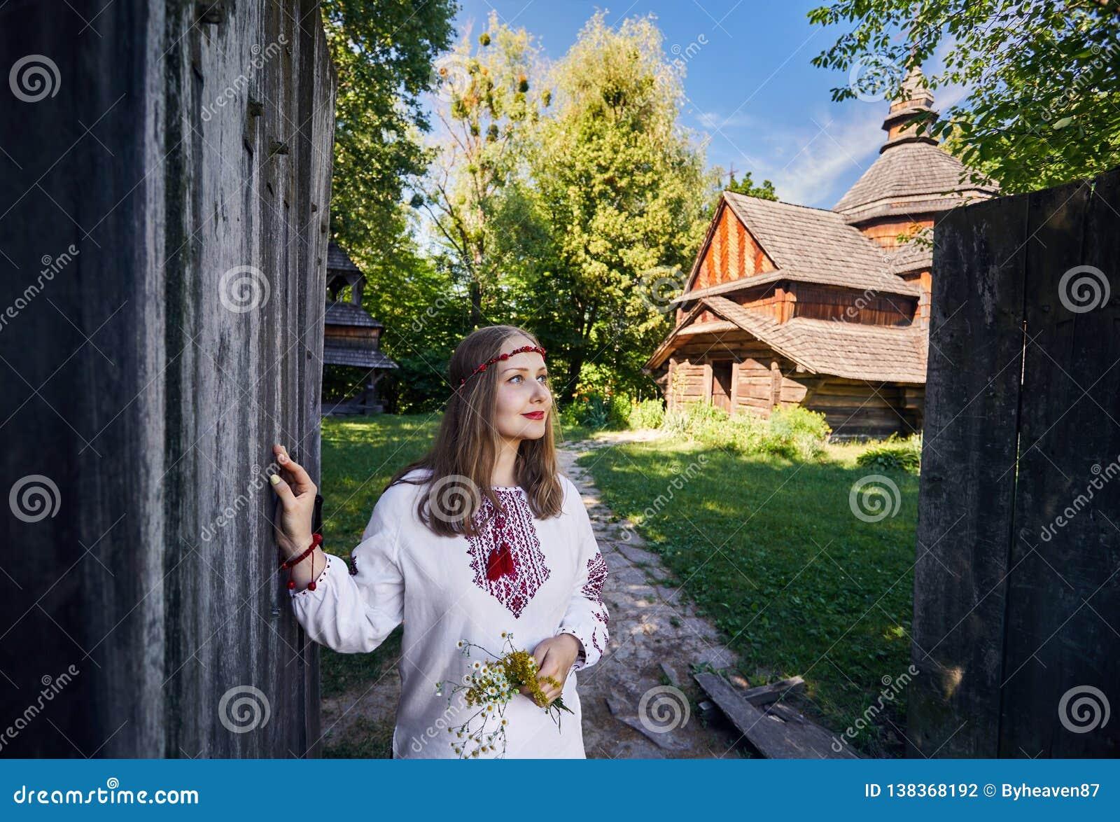 Mulher ucraniana na vila étnica