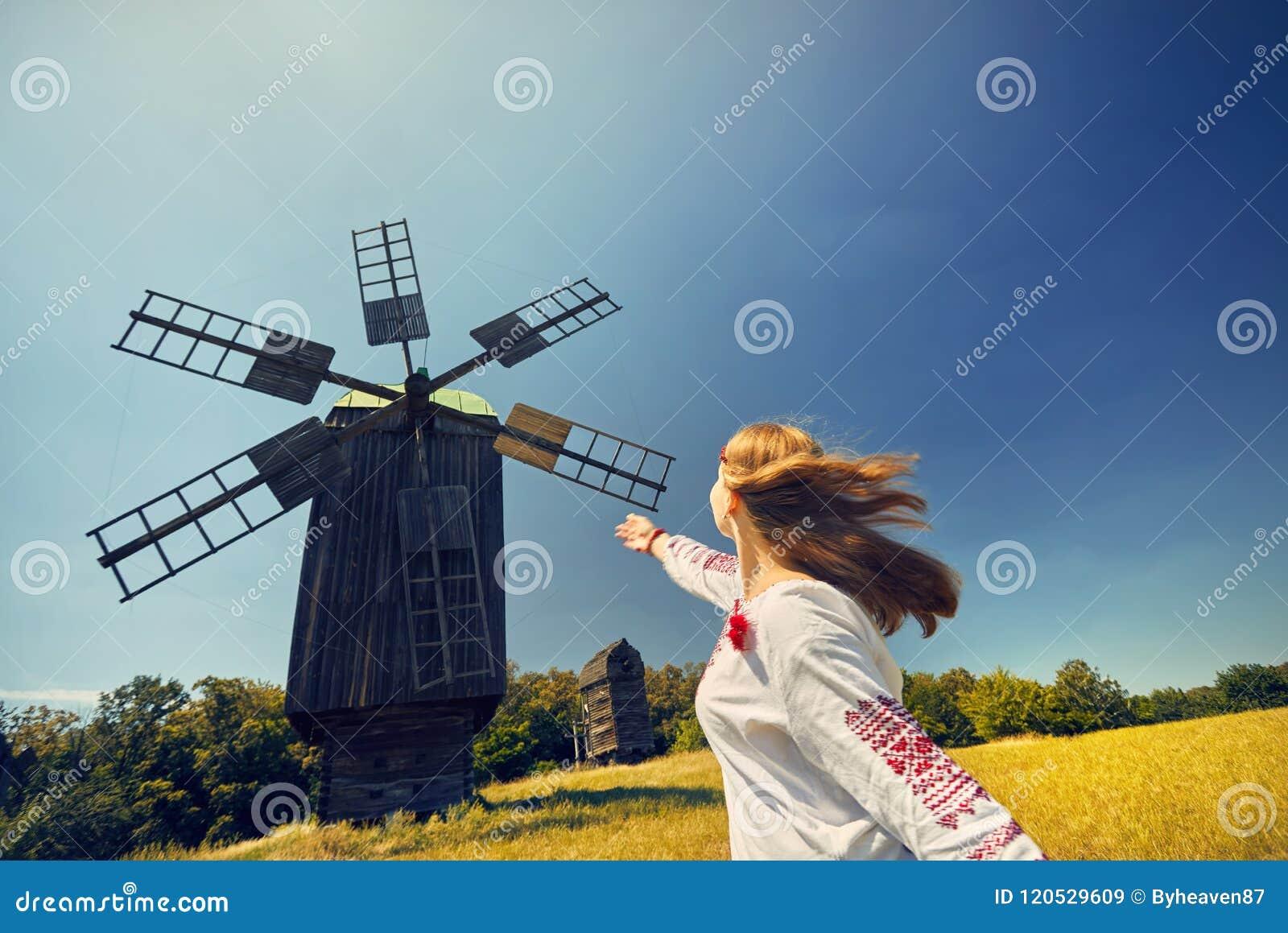 Mulher ucraniana no traje étnico