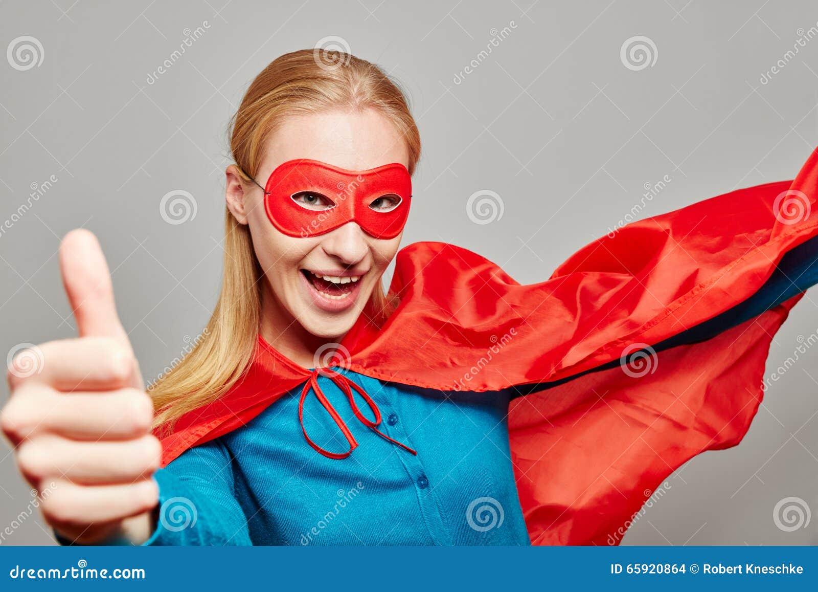 Mulher vestida como um super-herói com seu polegar acima