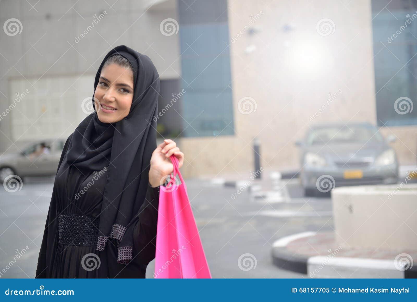 Mulheres árabes de Emarati que saem da compra