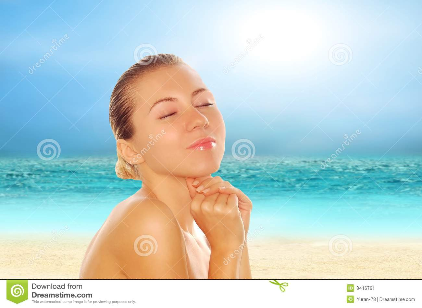 Mulheres Bonitas Novas Na Praia Tropical Ensolarada