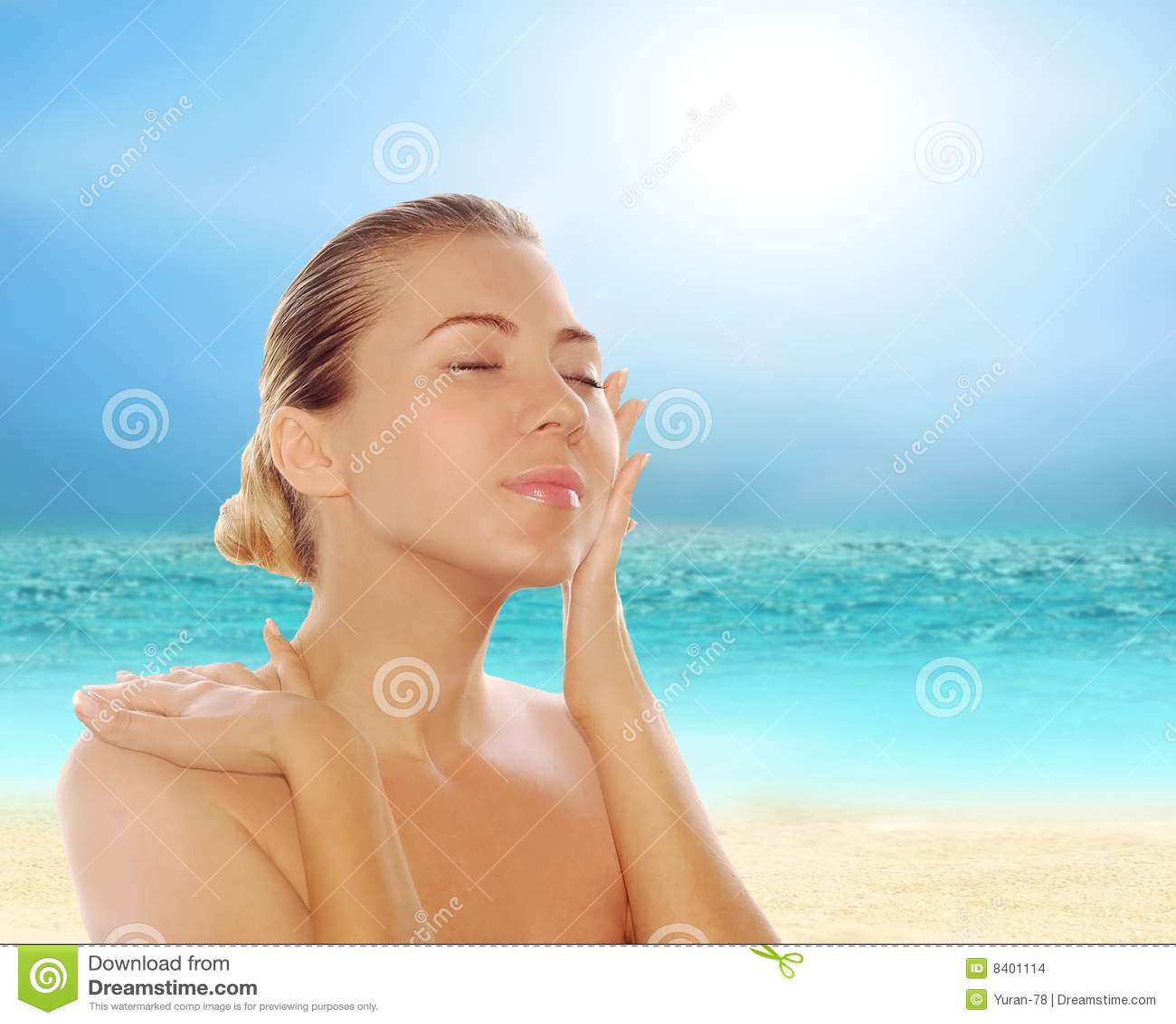 Retrato De Mulheres Bonitas Novas Na Praia Tropical Ensolarada