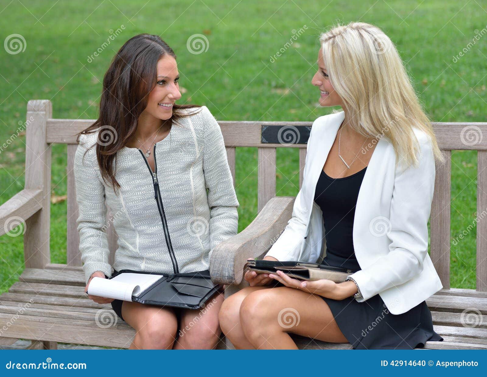 Mulheres de negócio no parque junto