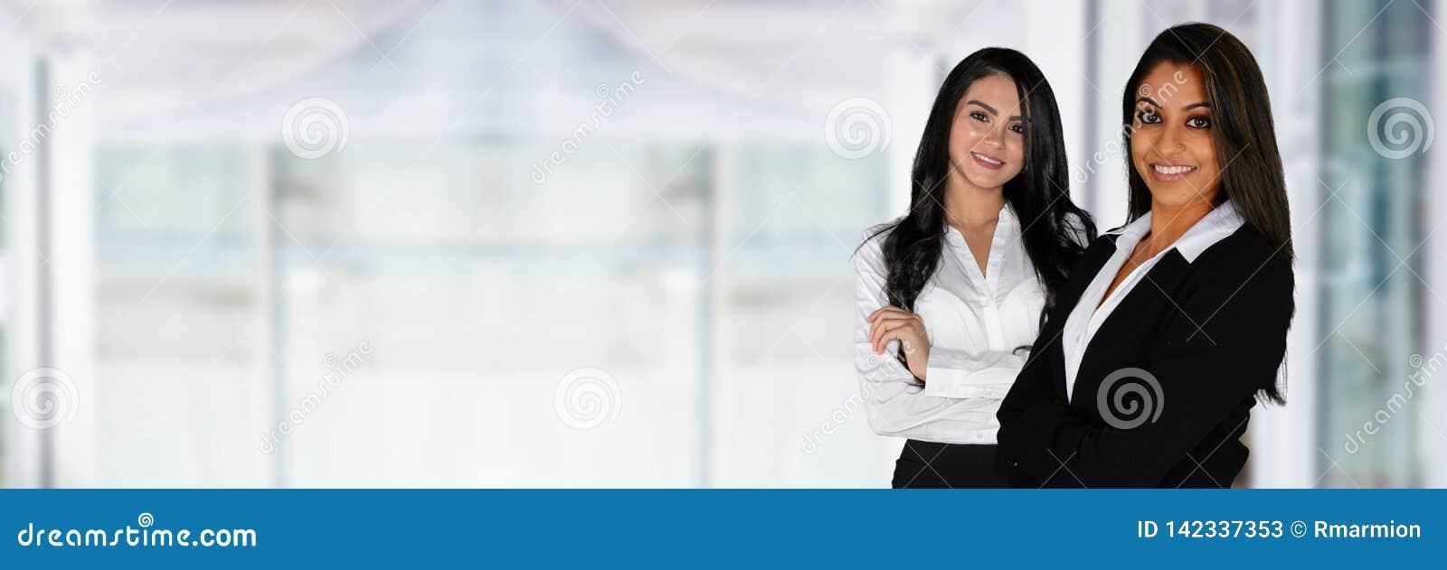 Mulheres de negócios indianas no escritório