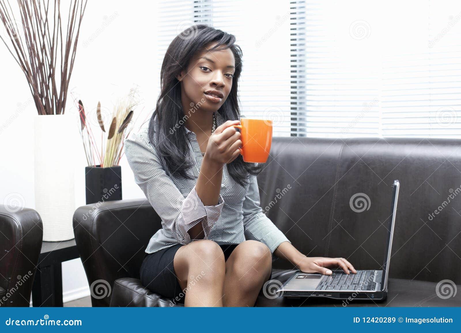 Mulheres de negócios pretas que comem o café