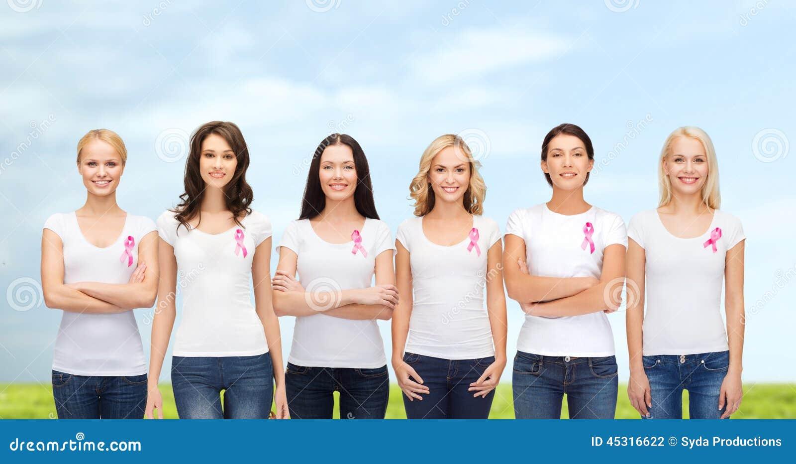 Mulheres de sorriso com as fitas cor-de-rosa da conscientização do câncer