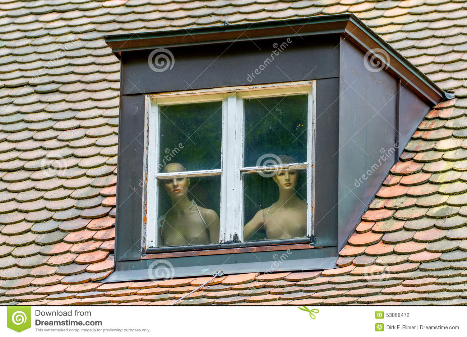 Mulheres despidas atrás de uma janela