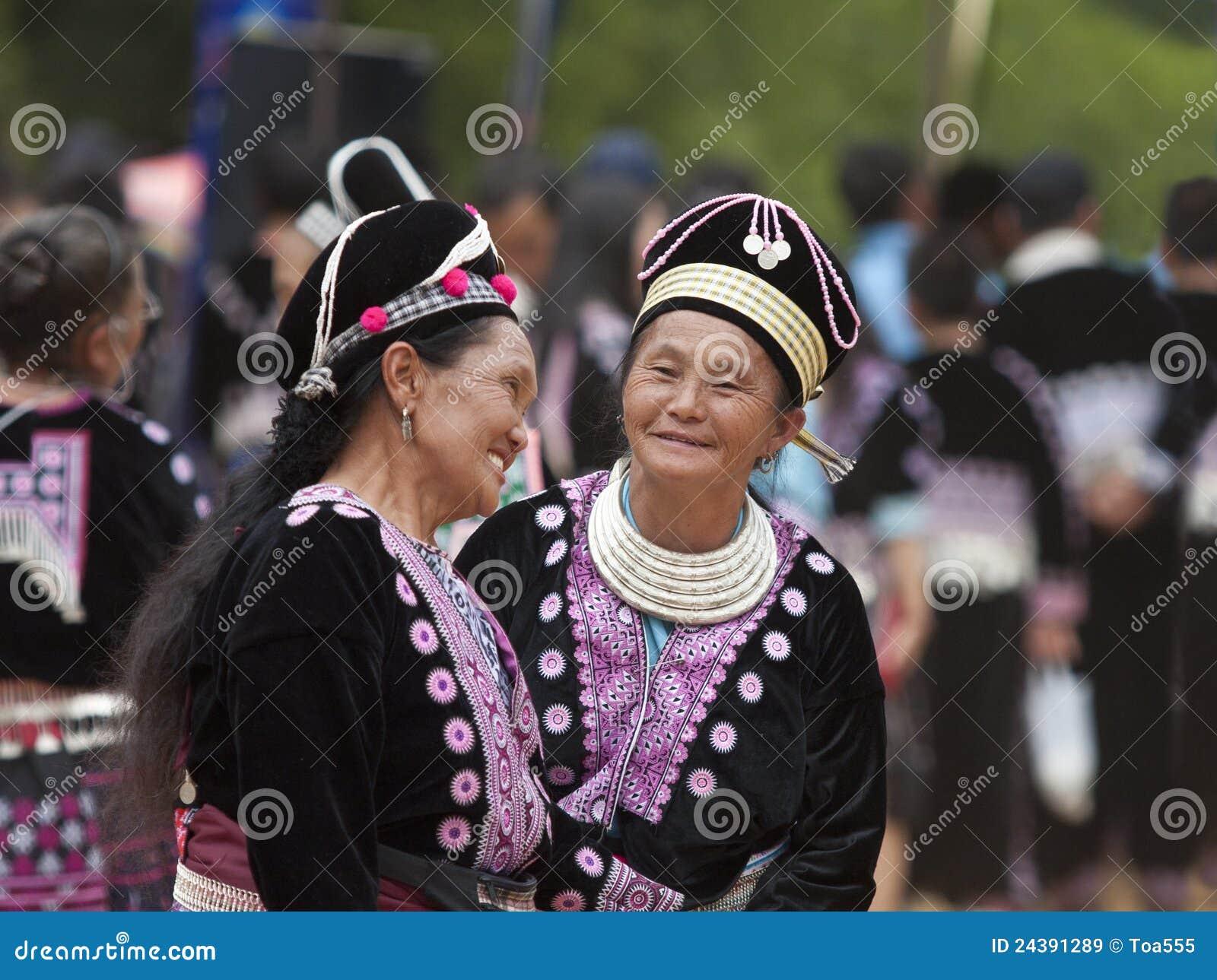 Mulheres do tribo do monte de Hmong em trajes tradicionais